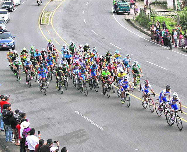Los ciclistas arriesgan la vida en competencia y durante los entrenamientos en la carretera. (Foto Prensa Libre: Hemeroteca)