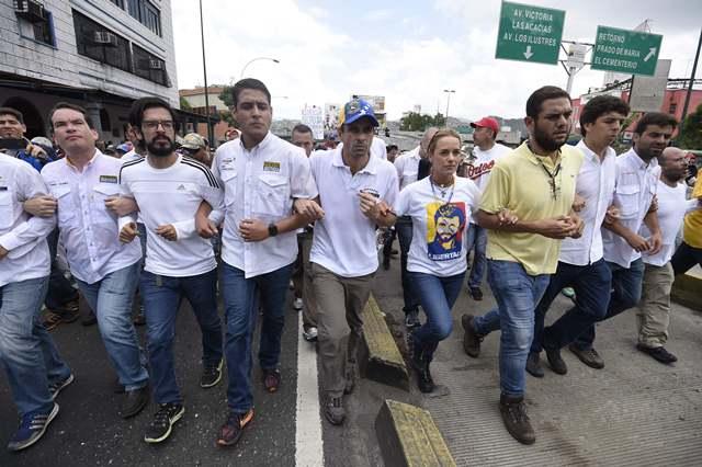 La oposición de Venezuela salió a las calles a protestar contra los ataques de la policía. (Foto Prensa Libre: EFE)