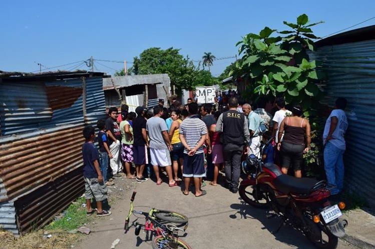 Curiosos permanecen en el lugar donde fue localizado el cadáver de Ramiro Ortiz, en Escuintla. (Foto Prensa Libre: Enrique Paredes).