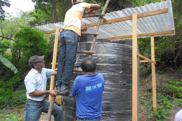 Mecanismos colocados en el corredor seco para captar el agua de lluvia.(Foto Prensa Libre: Usac)
