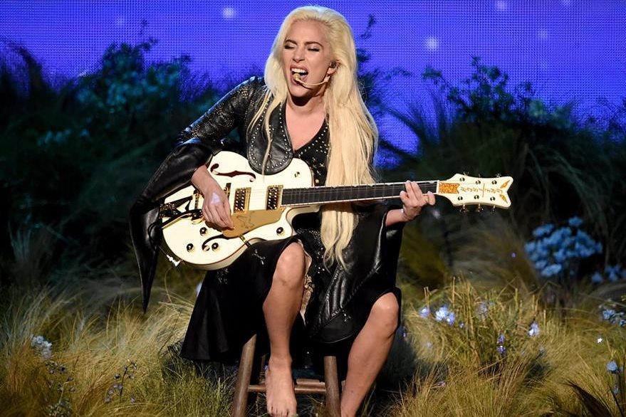 La estadounidense Lady Gaga invadió con su potente voz el escenario de los American Music Awards.