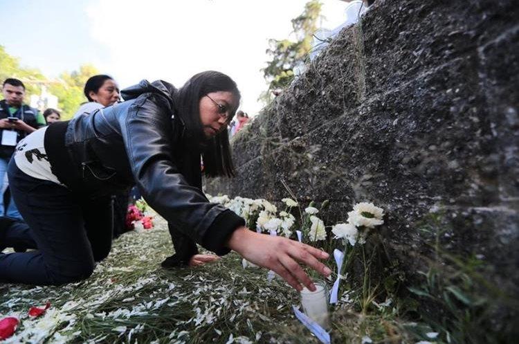 Realizan un homenaje a la víctimas afuera de las instalaciones del Hogar Seguro. (Foto Prensa Libre: Álvaro Interiano)
