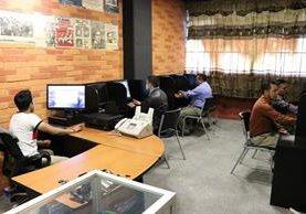 Estudiantes de todas las carreras que se imparten en el Cunoc podrán acceder al laboratorio de computación habilitado por la AEUO, para cumplir con tareas u otros fines académicos. (Foto Prensa Libre: María José Longo)