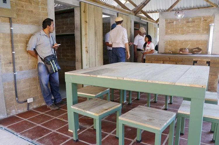 Trabajos en el interior de la casa que servirá de modelo. (Foto Prensa Libre: Rolando Miranda).