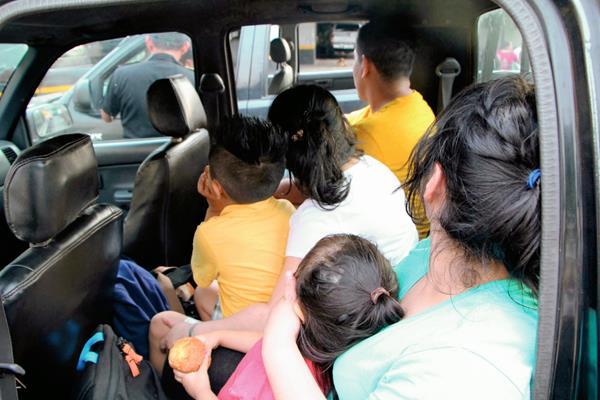 Personal de la PGN rescata a dos hermanos en El Asintal, Retalhuleu. (Foto Prensa Libre: Rolando Miranda)