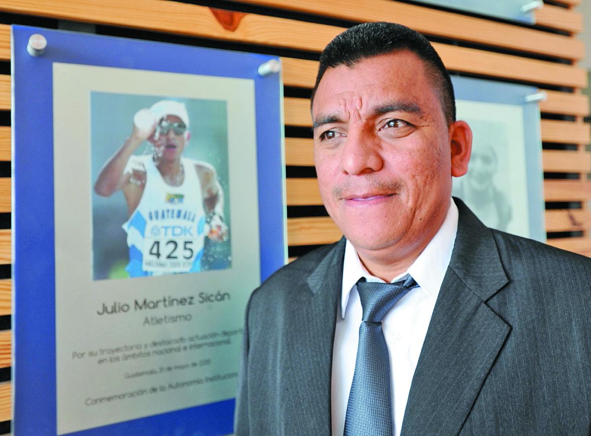 Julio Martínez junto a una fotografía suya en la sede de la CDAG en el 2015. (Foto: Hemeroteca PL)