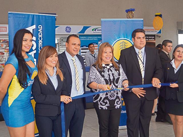 Ejecutivos participan de la inauguración de la sala de ventas en Villa Nueva.(Foto Prensa Libre: Hemeroteca PL)