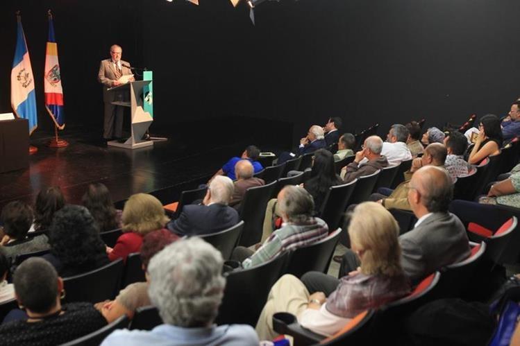 El escritor y académico Mario Alberto Carrera dicta conferencia sobre Rubén Darío, en el Centro Cultural de España, zona 1. (Fotos Prensa Libre, Esbin García)