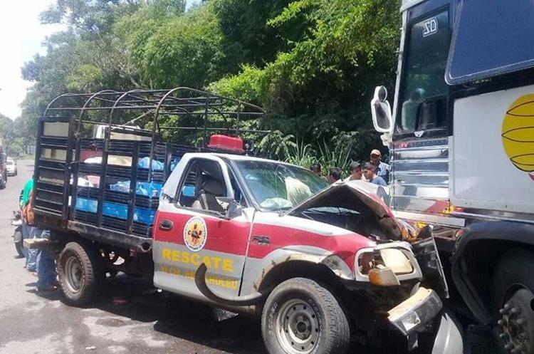La unidad 120 de los Bomberos Voluntarios de Retalhuleu se empotró en un bus tipo pulman, en el kilómetro 172 de la ruta al Suroccidente. (Foto Prensa Libre: Rolando Miranda)