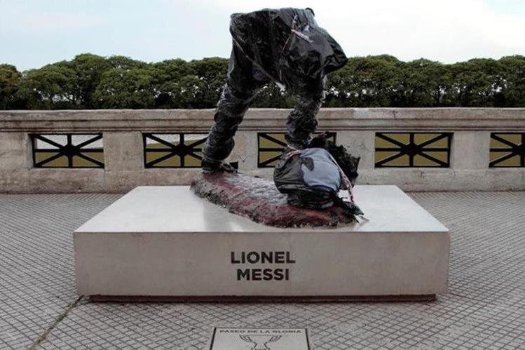 De la estatua de Lionel Messi solo quedaron las piernas después de que la destrozaran. (Foto Prensa Libre: Twitter)