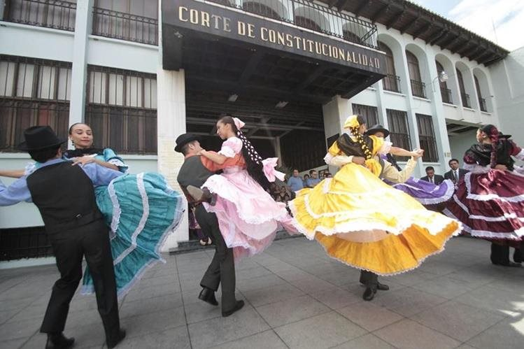 Frente a la Corte de Constitucionalidad están reunidos los artistas. (Foto Prensa Libre: Erick Ávila)