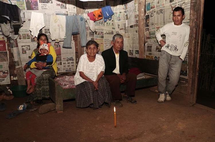 Los esposos junto a su hijo Emilio Caal Lem, nuera Erminia Gue Cal y nieto Alex Caal Gue, de 2 años.  (Foto Prensa Libre: Eduardo Sam)
