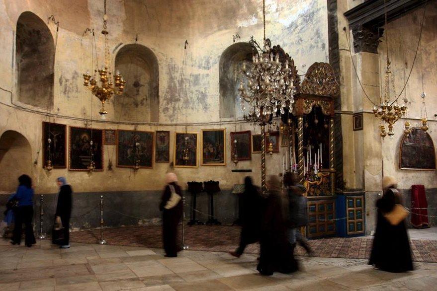 Visitantes musulmanes caminan por la sección armenia de la Iglesia de la Natividad. (Foto: EFE)