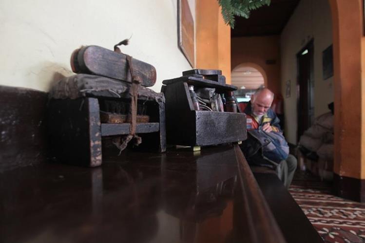 El único recuerdo de Rigoberto de Paz son sus herramientas de trabajo: una caja de lustre, un cepillo y un banquito de madera. (Foto Prensa Libre: Érick Ávila)