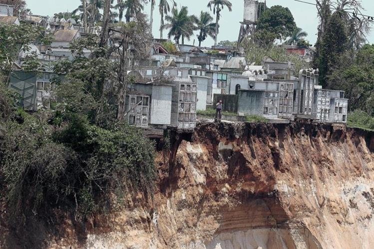El sector 23 del Cementerio General de la zona 3, se encuentra en una zona de riesgo por varios derrumbes lo que ha destruido varios mausoleos. (Foto Prensa Libre: Hemeroteca PL)