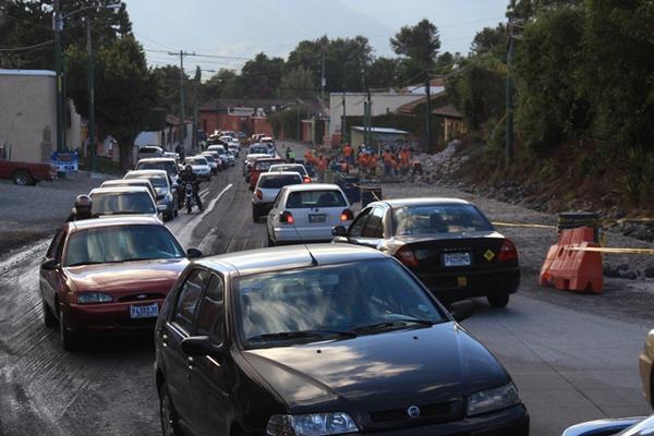 <p>Los conductores que intentaban ingresar a la Antigua Guatemala se vieron afectados por las largas filas de vehículos debido a reparaciones. (Foto Prensa Libre: Miguel López)<br></p>