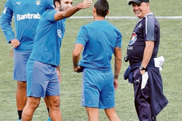 El técnico uruguayo Willy Olivera observa a sus jugadores previo al Clásico. (Foto Prensa Libre:Francisco Sánchez)