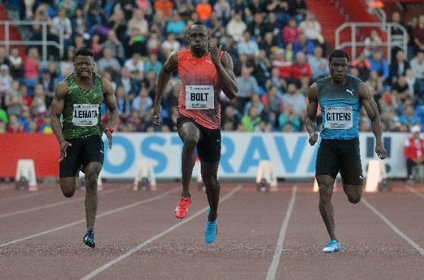 Bolt durante la prueba de los 100 metros planos en el evento de de Ostrava (Foto Prensa Libre: AFP).