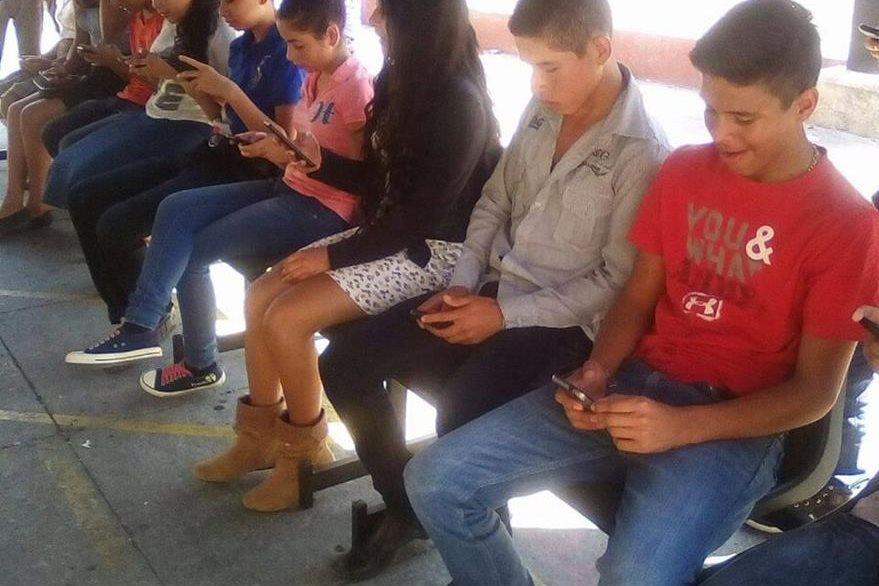 Los jóvenes no perdieron la oportunidad de darle su voto a Miss Universo Guatemala. (Foto Prensa Libre: Cortesía Jennifer Lara)