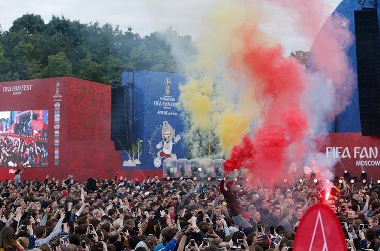 Cientos de aficionados disfrutaron de la inauguración de la zona de aficionados en Moscú. (Foto Prensa Libre: AFP)