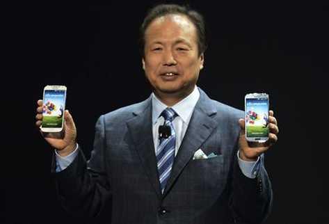 JK Shin muestra dos modelos del Galaxy S4.