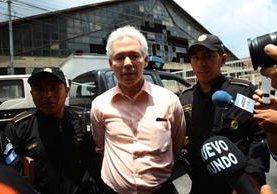 El ex viceministro Enrique Lacs Palomo fue trasladado a Tribunales, luego de su captura en zona 10. (Foto Prensa Libre: Álvaro Interiano)