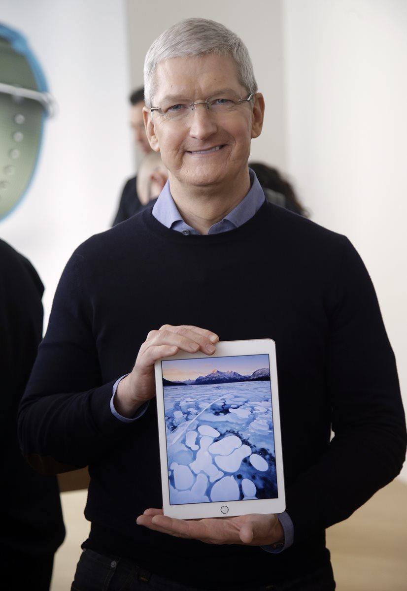 Tim Cook, presidente de Apple, muestra el nuevo iPad (Foto Prensa Libre: AP).