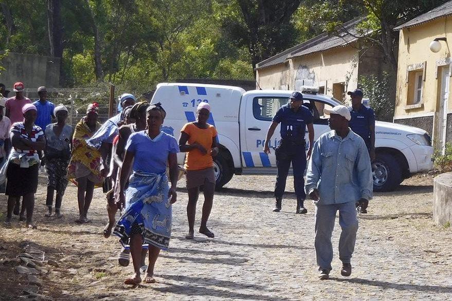Autoridades locales y un grupo de residentes llegan al lugar donde se encontraron los cuerpos sin vida. (Foto Prensa Libre: EFE).