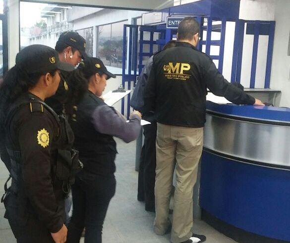 La fiscalía dirige la investigación y operativos de captura por el robo de una agencia bancaria el pasado lunes. (Foto Prensa Libre: Érick Avila)