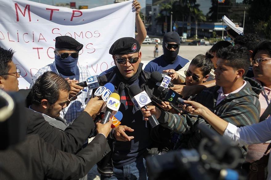 Miembros de la policía salvadoreña han manifestado su inconformidad por la falta de salarios justos.(Foto Prensa Libre:EFE)