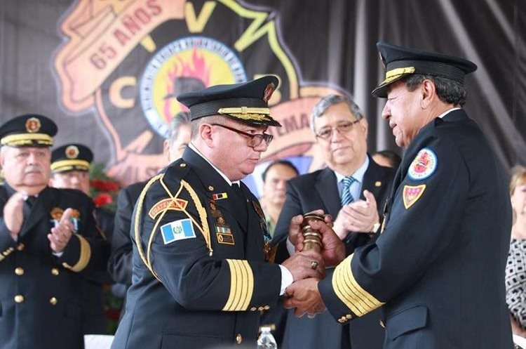 El 15 de agosto de este año César González -derecha- dejó de ser comandante y entregó el cargo a Williams de León -izquierda-. (Foto Prensa Libre: Hemeroteca PL)