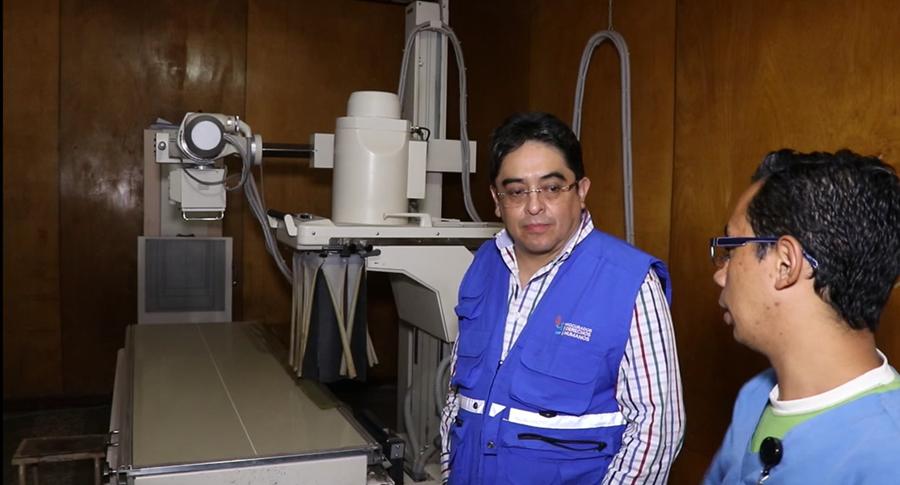 Un médico explica a Jordán Rodas que el equipo de rayos X no funciona hace dos años. (Foto Prensa Libre: Hugo Oliva)