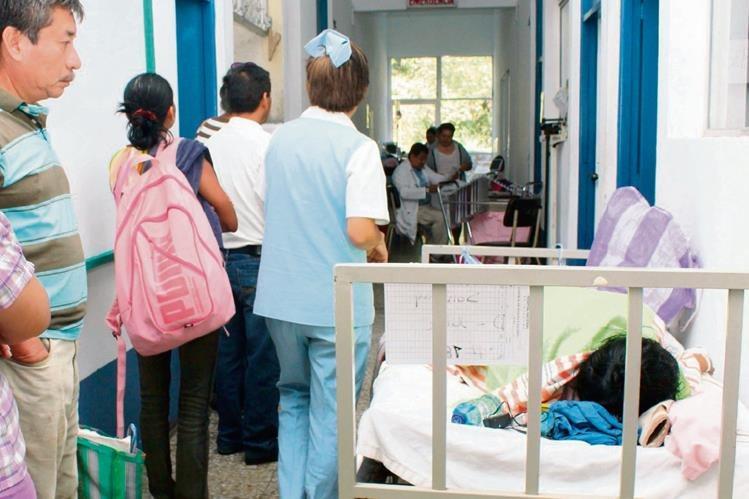 Pacientes son atendidos en pasillos del hospital porque varias salas están inhabilitadas por la reconstrucción. También quirófanos están sin uso. (Foto Prensa Libre: Rolando Miranda)