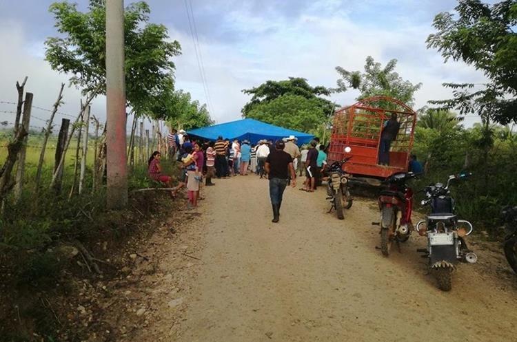 Vecinos de la comunidad La Unión, Sayaxché, que hallaron el cadáver del maestro, pidieron a las autoridades más seguridad en el sector. (Foto Prensa Libre: Rigoberto Escobar)