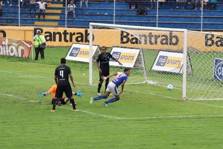 Gerson Tinoco logró derrotar a Javier Irazún para anotar el 1-0. (Foto Prensa Libre: Cristian Soto)
