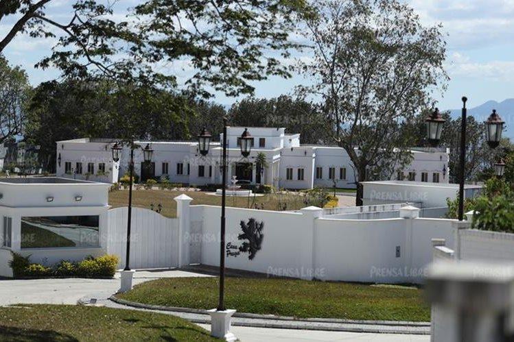 En primer plano se observa la fachada de la residencia de Manuel Baldizón, ubicada en Santa Elena Barillas. (Foto Prensa Libre: Esbin García)