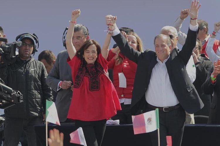José Antonio Meade (d) saluda junto a su esposa, Juana Cuevas (i), durante su toma de juramentación como candidato presidencial por el PRI.(EFE).