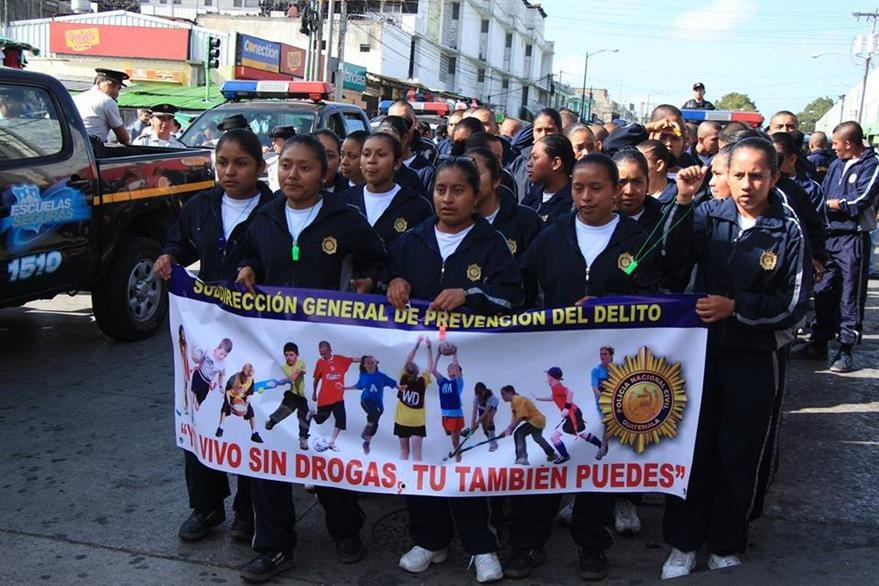 Durante la caminata se lanzaron mensajes alusivos a la vida sin drogas. (Foto Prensa Libre: PNC)
