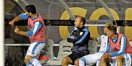 Suárez se disculpó por su mala conducta hacia el seleccionador Tabárez, en el juego contra Venezuela (Foto Prensa: tomada de Marca)