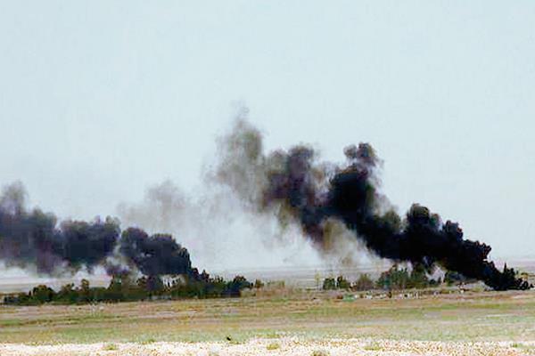 Columnas de humo negro se eleva por los aires durante una batalla entre militantes de los Estados islámicos y las fuerzas del gobierno sirio en Palmira, Siria. (Foto Prensa Libre:AP)