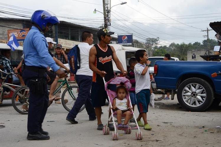 Un oficial de la Policía vigila las calles en San Pedro Sula, Honduras. (Foto Prensa Libre: AFP).