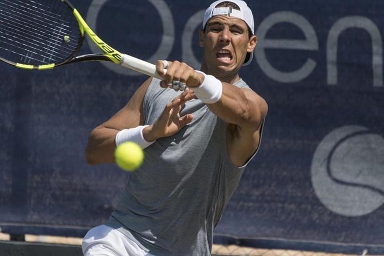Rafa Nadal se entrenó hoy en las pistas de hierba del Mallorca Open para comenzar su adaptación a las pistas de hierba para competir en el torneo de Wimbledon. (Foto Prensa Libre: EFE)