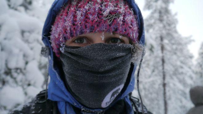 Cubrir la boca y la nariz con una bufanda puede ayudar a calentar el aire inhalado por las personas asmáticas. ASTHMA UK