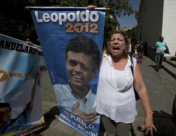 "<span class=""hps"">Una</span> <span class=""hps"">mujer sostiene</span> <span class=""hps"">una foto de</span> <span class=""hps"">Leopoldo</span> <span class=""hps"">López</span> <span class=""hps"">en Caracas,</span> <span class=""hps"">Venezuela.</span>"