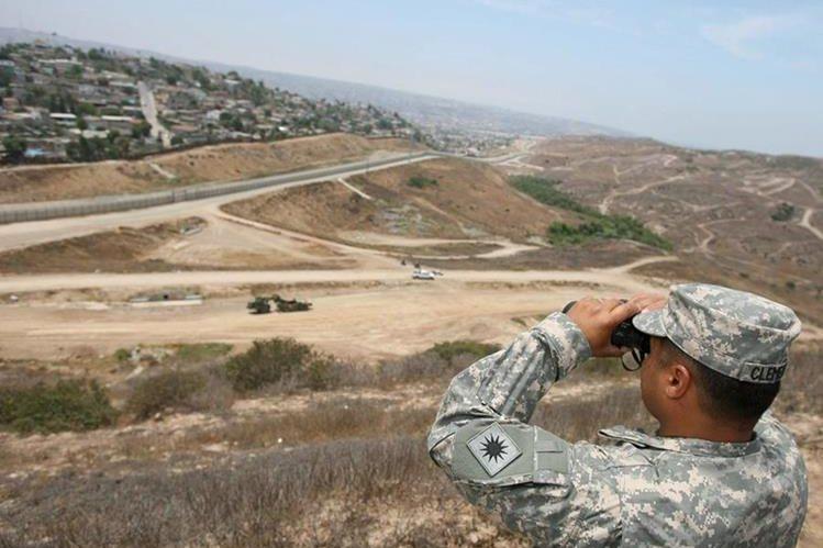 Un efectivo de la Guardia Nacional observa hacia Tijuana en México, frontera con EEUU.(EFE).