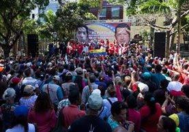 Un grupo de simpatizantes del gobierno manifiestan en Caracas a favor del decreto económico de Nicolás Maduro. (Foto Prensa Libre: EFE).