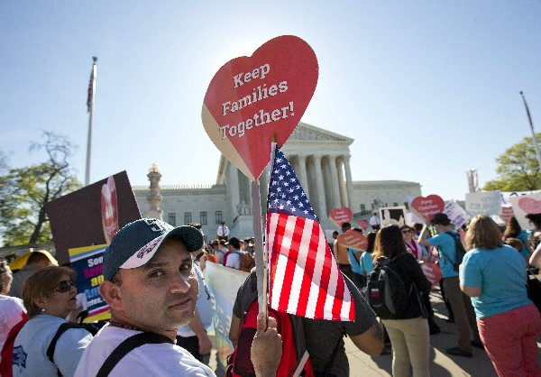 Activistas maniifiestan su apoyo a la medida migratoria de Obama. (AP).