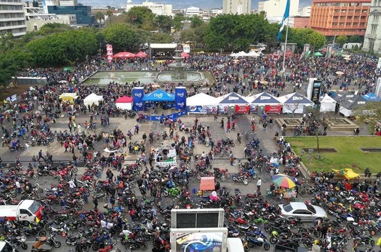Así se veía la Plaza de la Constitución minutos antes de la salida de la Caravana del Zorro 2018. (Foto Prensa Libre: Paulo Raquec)