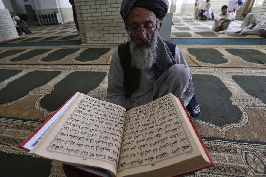Un hombre lee el Corán durante el primer día del Ramadán en Herat (Afganistán). (Foto Prensa Libre: EFE).