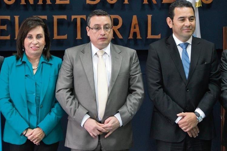 Sandra Torres, de la UNE, y Jimmy Morales, de FCN-Nación, comparten con el presidente del TSE, Rudy Pineda, en un acto en el que se comprometieron a respetar los resultados electorales.